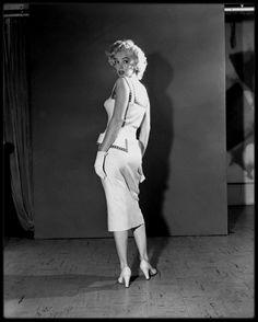 """1952 / Photos publicitaires pour le magazine """"Sunday news"""" lors de son séjour à Atlantic-City pour la promo du film """"Monkey business""""."""