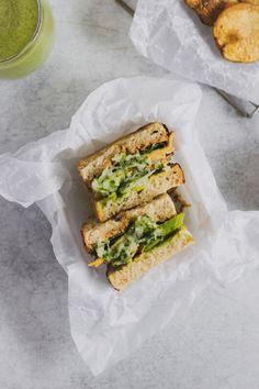 Prepara este increíble sandwich con pan de masa madre, aguacate, champiñones asados, espinaca, dip de coliflor y una rápida y fácil salsa de yogurt y pepino. Perfecto para un almuerzo o cena. Puedes acompañarlo con unas papas asadas y un batido verde. #sandwich #sandwichvegetariano #recetasvegetarianas #recetassaludables #pandemasamadre Cheddar, Avocado Toast, Yogurt, Salsa, Sandwiches, Breakfast, Food, Vegetarian, Vegetarian Recipes