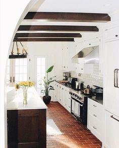 75 modern and simple spanish kitchen decor ideas Brick Floor Kitchen, Kitchen Flooring, Wood Floor, Farmhouse Flooring, Kitchen Tile, Kitchen Colors, Kitchen On A Budget, New Kitchen, Kitchen Ideas