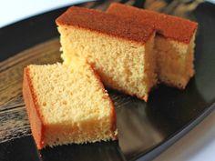 スポンジケーキは焼いたことがあっても、カステラは焼いたことがない方も多いのではないでしょうか。スポンジケーキと同じ要領で、泡立てさえしっかりできれば、しっとり、フワフワのカステラがご家庭で簡単にできるレシピ・作り方です。