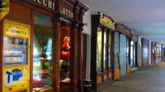Via Marenco, Ceva, la lunga sequela di negozi e botteghe artigiane sotto i portici
