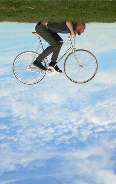 チャリを漕いでも前に進まない! でも、空を飛んでいる気分は爽快。 くるしい体制ではありますが・・・