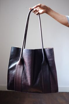 Leather hand made bag by Flanel - Atelier Solarshop - Antwerp - www. Leather Purses, Leather Handbags, Leather Bags, Leather Totes, Leather Backpacks, Beautiful Handbags, Beautiful Bags, My Bags, Purses And Bags