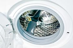 Here's an unpleasant fact: 25 percent of washing machines contain traces of fecal bacteria from our clothes. Don't panic! You can quickly disinfect your washing machine and kill bacteria with just one common kitchen item: white vinegar. Washing Machine Drum, Clean Your Washing Machine, Washing Machines, Cleaning Solutions, Cleaning Hacks, Cleaning Schedules, Organizing Tips, Cleaning Products, Organization Ideas