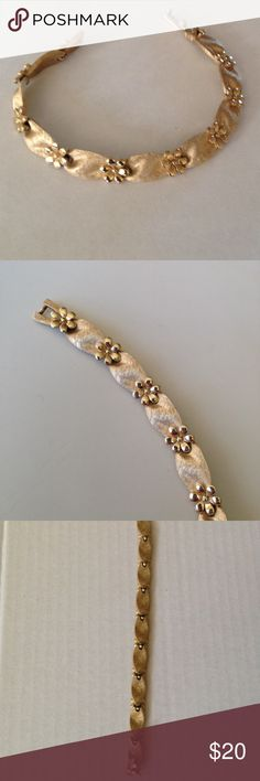 🎄Beautiful Gold-colored Vintage Bracket Beautiful Gold-colored Vintage Bracket with Floral Design Jewelry Bracelets