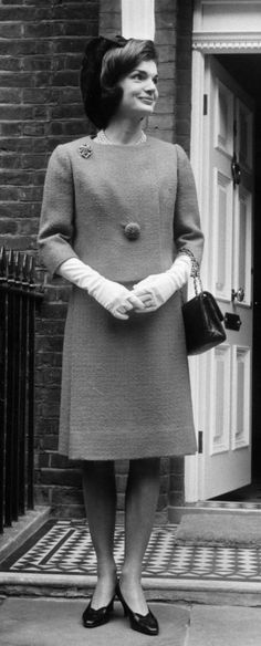 Early Fashion - Jackie O' Style – tailored suit dresses, jackets that buttoned only with one, low-heeled shoes, pill box hats. Jackie Kennedy Style, Los Kennedy, Jacqueline Kennedy Onassis, 1960s Fashion, Vintage Fashion, 20th Century Fashion, Star Fashion, Fashion Trends, Marie