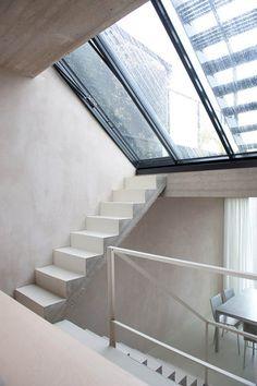 Escalier béton, dessus des marches et contre-marches peint, sous-face de la volée droite, tranche brute