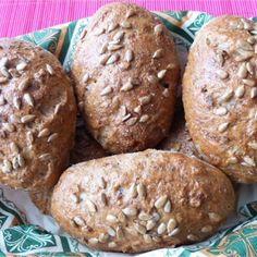 Samodzielne wypieki to coś, co często spędza nam sen z powiek. Niepotrzebnie! Ten przepis pokaże Wam, jak w prosty sposób przygotować sobie fantastyczne śniadanie.  Bułki z otrębami i ziarnami… Muffin, Bread, Breakfast, Cake, Recipes, Food, Morning Coffee, Brot, Kuchen