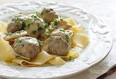 Delicious meatballs seasoned with a hint of allspice and served in a creamy beef gravy. These meatballs seems decadent but they are actually lighter than you / healthy Swedish meatballs Healthy Low Carb Recipes, Skinny Recipes, Skinny Meals, Beef Recipes, Cooking Recipes, Yummy Recipes, Savoury Recipes, Slow Cooking, Home