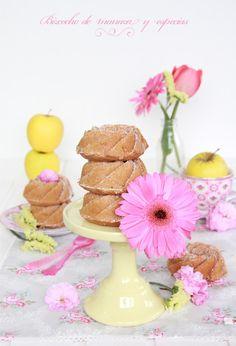 Receta de bizcocho de manzana casero. Un bizcocho especiado muy jugosos y esponjoso. Mini Cakes, Pie Recipes, Eggs, Place Card Holders, Apple Muffins, Sweet And Saltines, Spice, Pastries, Condensed Milk