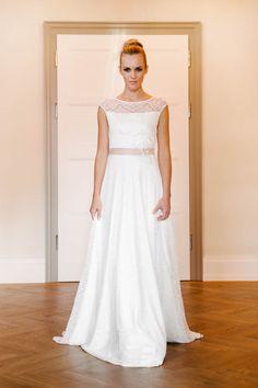 Feminin-lässiges Brautkleid mit Trägern aus toller transparenter Spitze. Nanette ist sicher einen Besuch wert und kann auch wunderbar mit einem unserer Seidenbänder kombiniert werden.