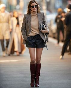 Turn your everyday outfit to a casual chic look just by pairing it with a blazer and a pair of high heeled boots 👢 Leder Shorts Outfit, Blazer And Shorts, Plaid Blazer, Mini Shorts, Plaid Shorts, Blazer Dress, Winter Shorts Outfits, Blazer Outfits Casual, Fall Outfits