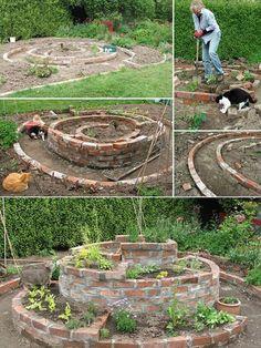 Easy 25 Herb Spiral Garden Design Ideas for Small Yard Inspiration Garten Vertical Garden Design, Herb Garden Design, Small Garden Design, Herb Spiral, Spiral Garden, Easy Garden, Culture D'herbes, Types Of Herbs, Planting Plan