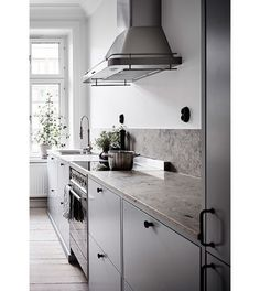 French Country Kitchen - Classic, stunning and tasteful -- these 3 words explain French country kitchens nicely. Homes for this kitchen interior style certainly get praised for its earthly colors and delicate details incorporated. Modern Kitchen Design, Interior Design Living Room, Interior Modern, New Kitchen, Kitchen Decor, Kitchen Ideas, Kitchen Small, Kitchen Layout, Kitchen Island