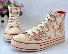Las pequeñas flores de encaje en forma de bota zapatillas de lona