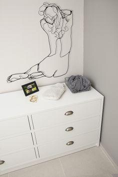 Chest of Drawers in a white modern bedroom, Iron decorations designed by dana shaked שידת מגירות בחדר שינה לבן בסגנון מודרני, דקורציה של עיטורי ברזל על הקיר עיצוב- דנה שקד