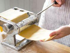 Nudeln mit einer manuellen Walze zuzubereiten erspart dir Kraft und Zeit