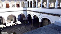 Quito, Ecuador , Quito's Presidential Palace is built around a large central courtyard. Quito, Ecuador Welcher Präsidentenpalast von Quito ist um verdongeln großen I. Quito Ecuador, Capital City, Solo Travel, Old Town, Day Trips, Palace, Cool Photos, Construction, Tours