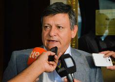 El gobernador Domingo Peppo se reúne, en Buenos Aires, con el ministro del Interior de la Nación, Rogelio Frigerio. Gestiona la toma de crédito en el Fondo Fiduciario Federal, para financiar las obras faltantes del Segundo Acueducto.