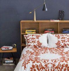 Un tête de lit avec des étagères pour les petits espaces.