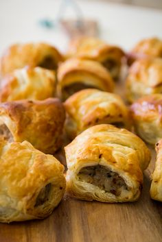 Sage and onion stuffing sausage rolls. These are easy to prepare and have wonderful flavor! Guests will devour these! Finger Food Appetizers, Appetizer Recipes, Sage And Onion Stuffing, Sausage Stuffing, Tapas, Sausage Rolls, Sausage Biscuits, Appetisers, Snacks