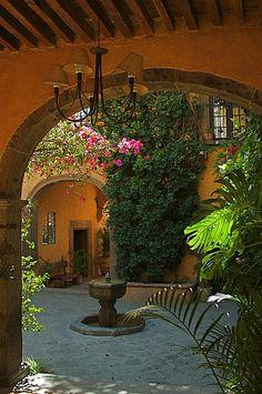 Hacienda Style Homes, Spanish Style Homes, Spanish House, Spanish Colonial Decor, Mexican Style Homes, Spanish Home Decor, Spanish Bungalow, Tuscan Style Homes, Italian Courtyard