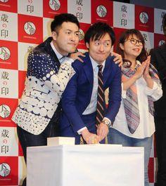Mー1での悔しさを込めてハンコを押す和牛の水田信二(左)と川西賢志郎=東京・よしもと∞ホール