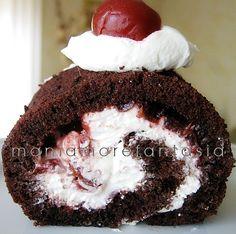 Rotolo al cioccolato con crema al mascarpone e marmellata di ciliegie