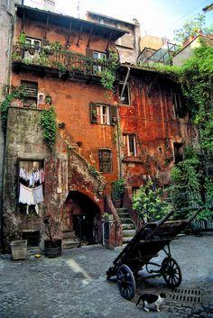 Roma - Cortile in Via Del Pellegrino i wanna live here