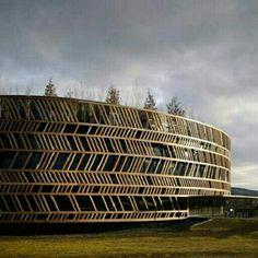Centro de Visitantes do Museu Alésia, em Alise-Saint-Reine, França. Projeto do Bernard Tschumi Architects. #arts #architecture #arte #arquitetura #decor #design #decoração #interiores #interior #projetocompartilhar #shareproject #wood #madeiraeconforto #madeira #confort #conforto