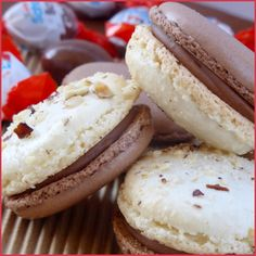 Macarons aux Kinders Schoko-Bons - Aujourd'hui une recette gourmande et régressive qui plaira aux petits comme aux grands : des macarons garnis de ...