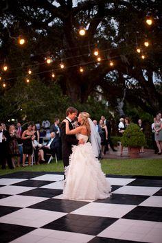 un mariage extérieur, une première dance... ahhh c'est beau l'amour! Black + White dance floor. LOVE