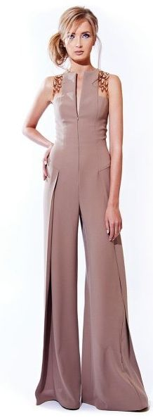 Stephanie Rolland Haute Couture: first time I've ever seen a jumpsuit with an attached cape Jumpsuit Elegante, Fashion Pants, Fashion Outfits, Fashion Clothes, Elegantes Outfit, High Fashion, Womens Fashion, Mode Hijab, Online Fashion Stores
