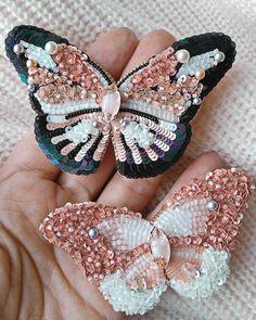 Всем привет! И снова у меня пыльно-розовый пост)) Очень люблю этот нежный цвет! Пара брошей-бабочек выполнена на заказ для мамы и дочки.…