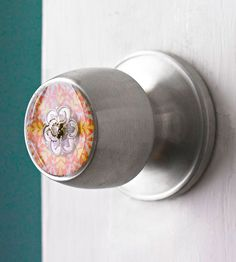DIY Door Knob ~ Use resin to round out the style of a utilitarian concave-face doorknob. Supplies: scrapbook paper, decoupage medium, a decorative bauble, epoxy resin, and polyamine hardener. Resin Crafts, Resin Art, Acrylic Resin, Recycled Crafts, Diy Crafts, Cardboard Crafts, Uv Resin, Paper Crafts, Concave