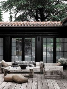 Build veranda Building a porch: which types of wood are best suited for this? Always wanted to figure out how to knit, but undecided t. Outdoor Rooms, Outdoor Living, Indoor Outdoor, Design Exterior, Black Exterior, Exterior Paint, Design Jardin, Garden Design, Building A Porch