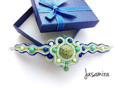 Bransoletka z kamieniami w kolorach niebieski, turkusowy, zielony, beżowy, dla mnie trochę zaskakujące połączenie:) Efekt...
