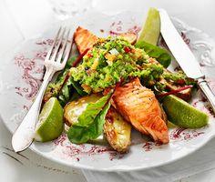Halstrad lax med grönärtsguacamole är ett urläckert recept där rejäla laxfiléer halstras och serveras med ugnsrostad sparrispotatis och färgsprakande grönärtsguacamole av gröna ärter, lök, paprika och olivolja. Matigt och supergott!