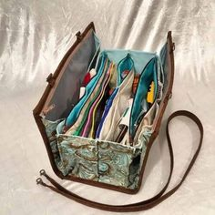 Clever Bag for Organizing and Toting Quilting Tools – Quilting Digest Quilters Organizer Bag Pattern Patchwork Bags, Quilted Bag, Crazy Patchwork, Couture Main, Sew Together Bag, Quilting Tools, Fabric Bags, Fabric Basket, Carry All Bag