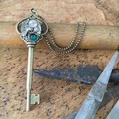 Sautoir steampunk, chaine à boules en bronze, mouvement de montre argenté, strass swarovski, apprêt clef bronze, collier steampunk de la boutique LesCreationsPVP sur Etsy