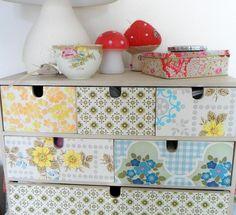 Ikea Kastje maar dan toch 1000 keer leuker, met vintage behangpapiertjes van Little Teawagon...