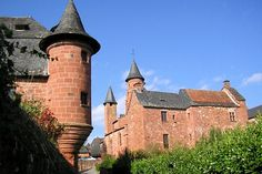Correze, Collonges-la-Rouge is one of those villages you never forget. Built in sandstone, the city owes its name to this special ocher. Castles, mansions, manor houses, religious buildings can be visited in between tasting Limousin specialties.