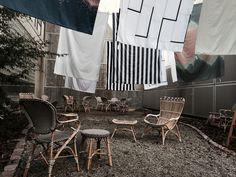 Uderums- og baggårdsstemning skabt af www.designcircus.dk med kurvemøbler fra Sika-design og nyt sengetøj fra Louise Roe, Care by Me, Juna og Normann Copenhagen.