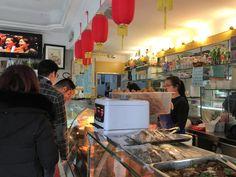 Sono numerose le rosticcerie take away cinesi in via pistoiese, questa è all'angolo con via puccini.