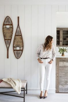Jenni Kayne lives in a gorgeous home in Lake Tahoe. Come take a tour of domino magazine Spring cover girl Jenni Kayne's beautifully rustic home in Lake Tahoe. Lake Tahoe Houses, Rustic Lake Houses, Modern Rustic Interiors, Colorful Interiors, Ski Lodge Decor, Nature Decor, Mode Style, Amazing Bathrooms, Decoration