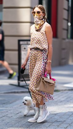 Celebrity Dresses, Celebrity Style, Celebrity Memes, How To Wear Scarves, Wearing Scarves, Estilo Hippy, Olivia Palermo Style, Fashion Editor, Fashion Trends