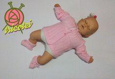 Conjunto casaquinho e sapatinho rosa de tricô feito à mão.   Cores: Rosa e vermelho  Material: lã para bebê antialérgica com botão rosa perolado e acabamento em fita de cetim.  Tamanho: Recém-nascido a 6 meses   Apenas uma unidade de cada cor no estoque.  Pronta entrega.