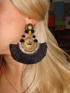 Aprende cómo hacer lindos aretes de abanico hechos de listón ~ Belleza y Peinados Fringe Earrings, Diy Earrings, Earrings Handmade, Thread Jewellery, Metal Jewelry, Wire Crochet, Handcrafted Jewelry, Jewelry Crafts, Jewelry Design