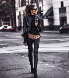 43 leather leggings outfits that will make you look amazing .- 43 Ledergamaschen-Outfits, die Sie verblüffend aussehen lassen 43 leather leggings outfits that will make you look amazing let - Leather Leggings Outfit, Leather Jacket Outfits, Legging Outfits, Black Leather Pants, Leather Jackets, Leather Jeggings, Spanx Faux Leather Leggings, Leather Skirts, Leather Sneakers