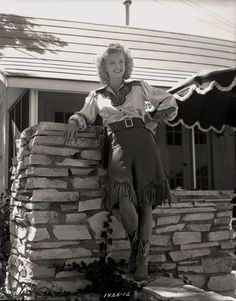 Along the Navajo Trail Vintage Western Wear, Vintage Cowgirl, Cowgirl Style, Roy Rogers Movies, Western Costumes, Dale Evans, American Casual, 1940s Woman, Happy Trails